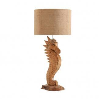 Comprar lámpara de mesa de estilo étnico con caballito de mar en madera color natural de Vical.