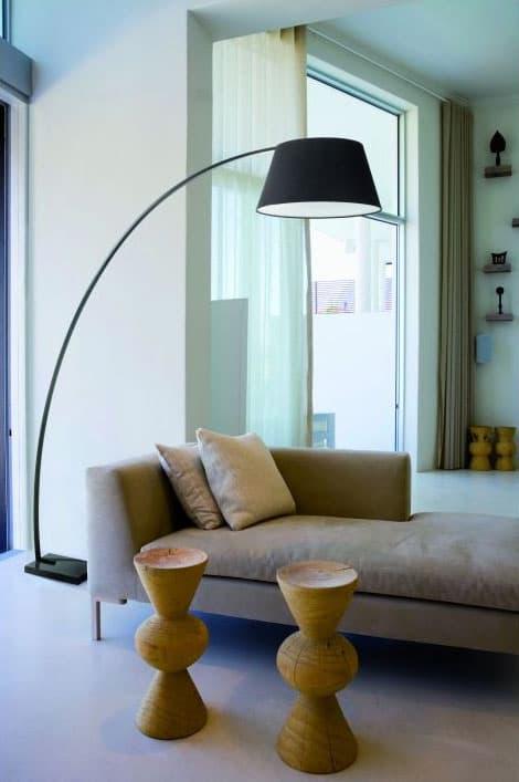 Lámpara de pie negra arqueada Zanzibar en salón étnico. Diseño de Exo Novolux. Moderna y Contemporánea.