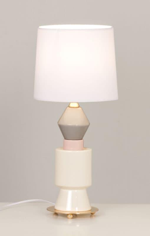 Lámpara de mesa de cerámica en color blanco, gris y rosa en fondo gris